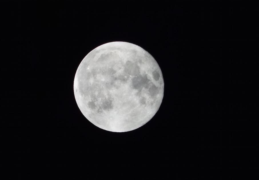 スーパームーンが綺麗です。デジカメを手持ちで撮りましたが、月が明るいのでうまく行きました。シャッタースピード優先で撮っています。