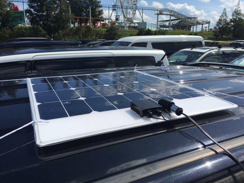 製作した太陽電池システムです。薄型の太陽電池パネルの周囲にキズ防止用のゴムを付け、裏面にはシリコンゲルの滑り止めを付けています。