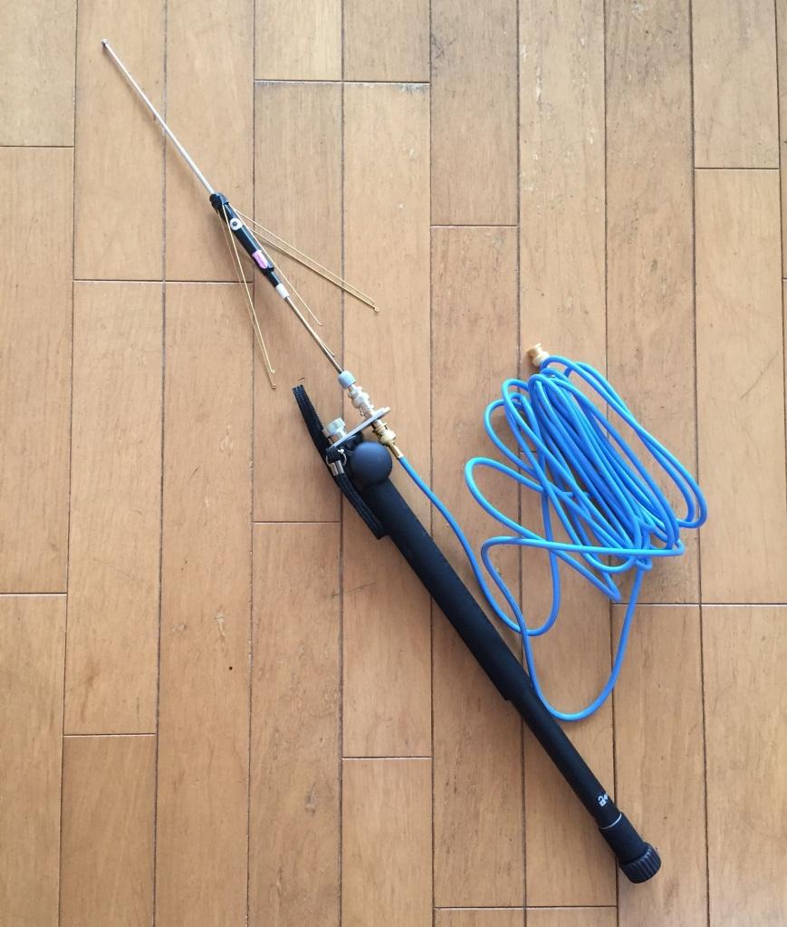 カメラの一脚に取り付けた破れ傘アンテナです。